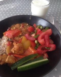 Sunnuntain currykanaa täysjyväriisin ja kasvisten kera.