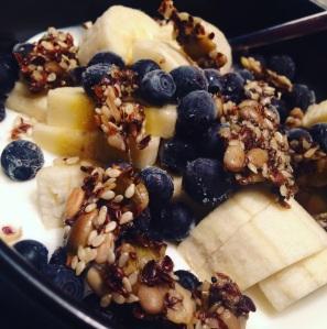 Siemennäkkäriä on kiva rapistella myös kreikkalaisen aamujogurtin, hedelmien ja marjojen päälle. Kivaa rouskuttelua!