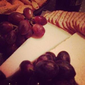 Perjantai-illan juustotarjotin on oiva tapa hiljentää juoksupyörää.